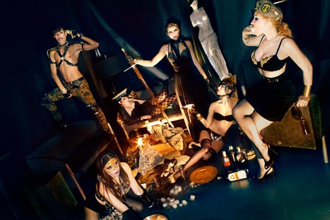 Feliz fin del mundo RockNGlam, una personal felicitación del equipo del blog a sus lectores realizada en Noviembre de 2012.   Modelos: (de derecha a izquierda) Paola Jordan, Patricia González, Irene Gallego, Lucía Petrelli, María del Mar Blaya y Antonio Navarro.
