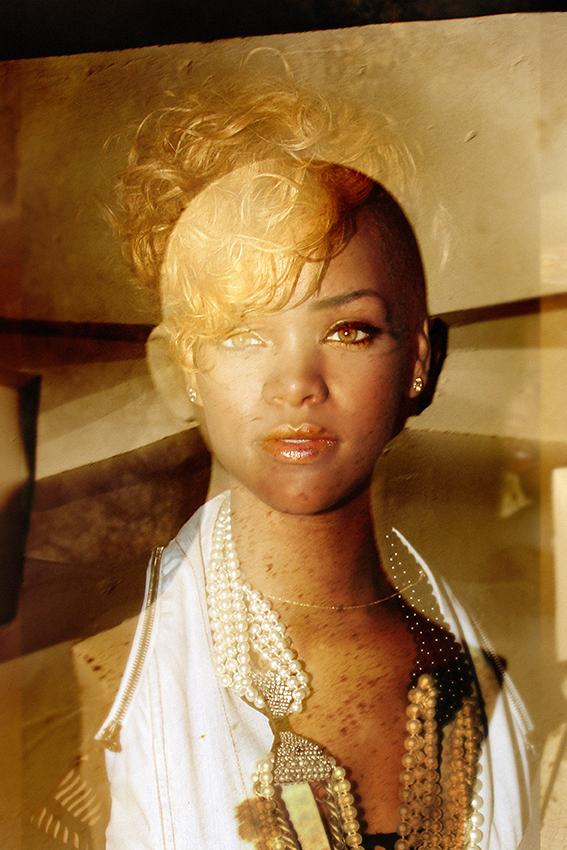 Fotomontaje de Rihanna, fotografía realizada durante una rueda de prensa para una publicación.Año 2011