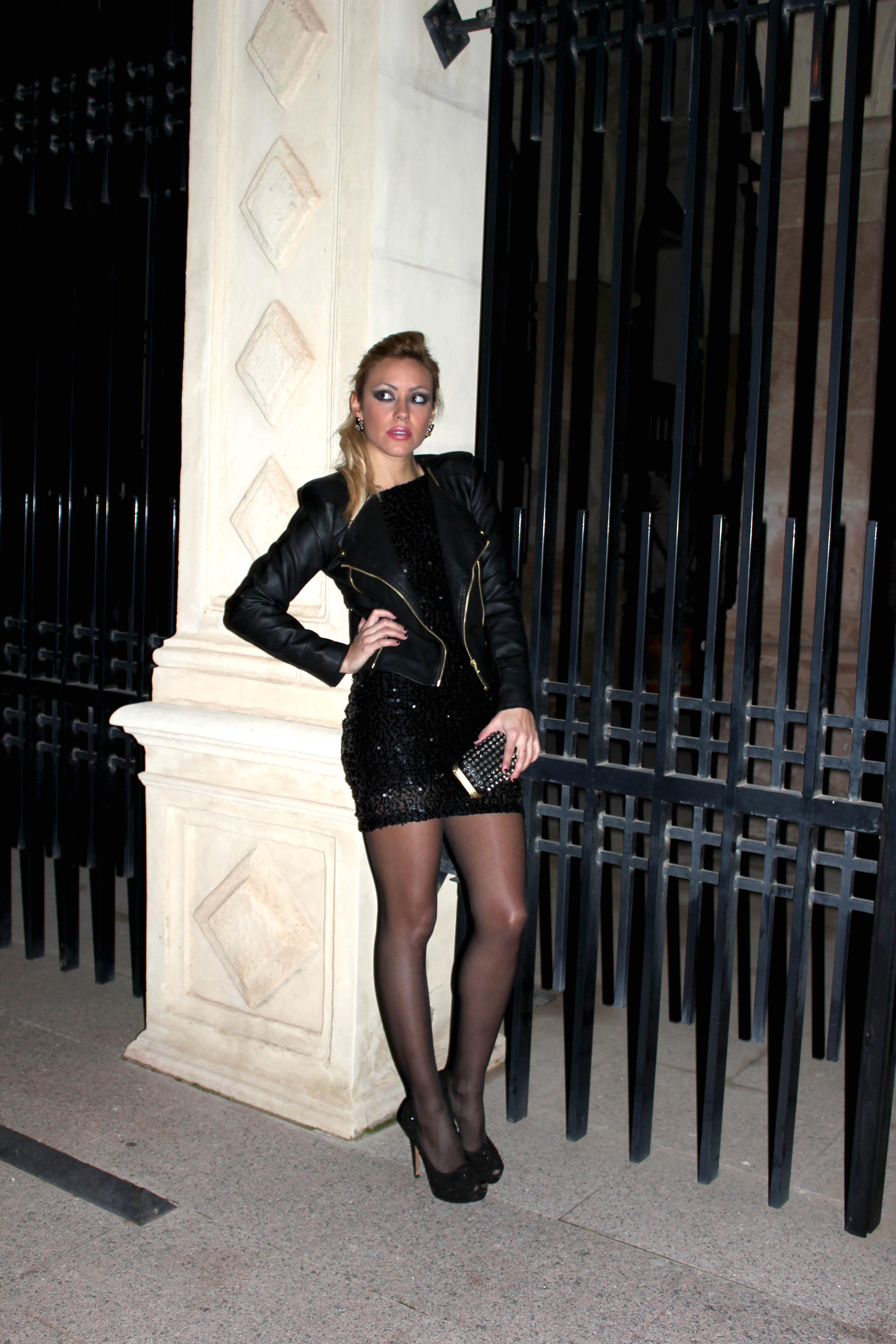 Vestido negro medias negras zapatos beige